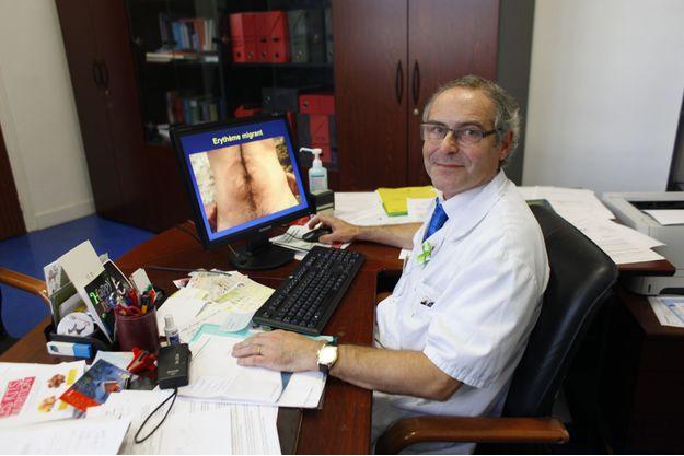 Dans son bureau, le Pr Perronne montre un érythème migrant sur son écran d'ordinateur