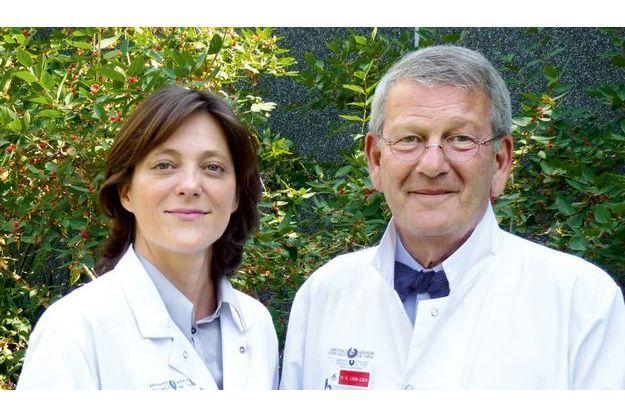 Le Pr Olivier Lyon-Caen, membre fondateur de l'Institut du cerveau et de la mœlle épinière (La Pitié Salpêtrière) et le Dr Caroline Papeix, neurologue des Hôpitaux de Paris.