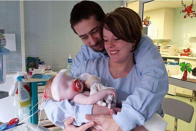 Savannah, dans les bras de ses parents, July et Nicolas.