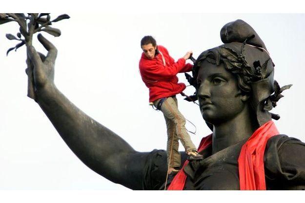 A l'occasion de la Journée internationale de lutte contre le sida, la statue de la place de la République à Paris a été habillée d'une écharpe rouge.