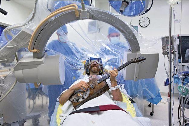 """Une heure trente après le début de l'intervention, les médecins ont demandé au musicien d'interpréter un de ses morceaux afin d'ajuster précisément l'implant dans son cerveau et de constater """"à l'oreille"""" que ses tremblements avaient disparu."""