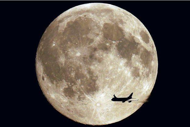 Le photographe français Sébastien Lebrigand a immortalisé le passage d'un avion devant la pleine lune.