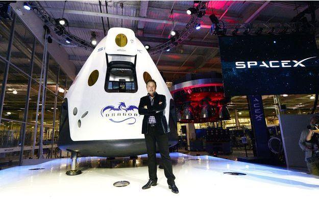 Elon Musk pose devant sa capsule Dragon
