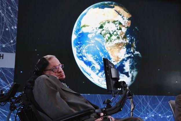 Stephen Hawking lors du lancement du programme de recherche sur la vie extraterrestre Breakthrough Starshot en avril 2016.