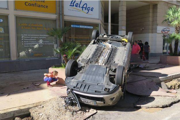 Des habitants constatent les dégâts Boulevard de la République.
