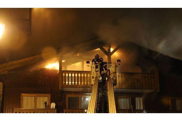 La résidence du Golf en proie aux flammes, dans la nuit de lundi à mardi.