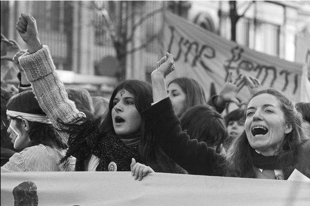 Des femmes participent à la manifestation du MLF (Mouvement de Libération des Femmes) en scandant des slogans contre le travail à temps partiel, le 06 mars 1982 à Paris. Cette manifestation et des Etats Généraux, à la Sorbonne, contre la misogynie sont organisés dans le cadre de la Journée internationale des Femmes du 8 mars prochain.