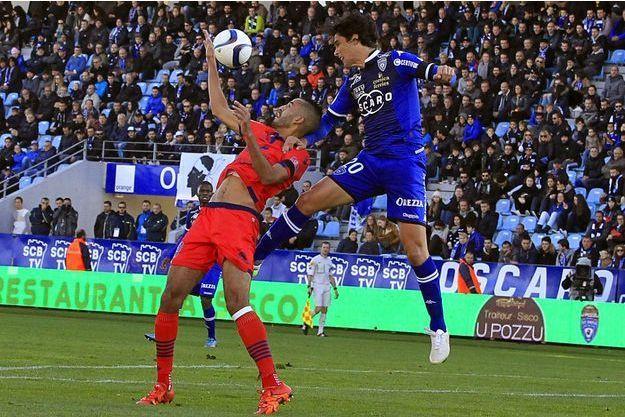 Le joueur d'Ajaccio Khalid Boutaib aux prises avec le joueur de Bastia François-Joseph Modesto.