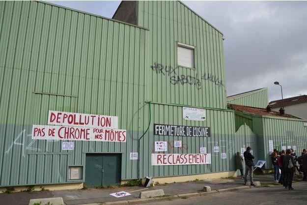 Slogan déposé devant l'usine de la SNEM à Montreuil.