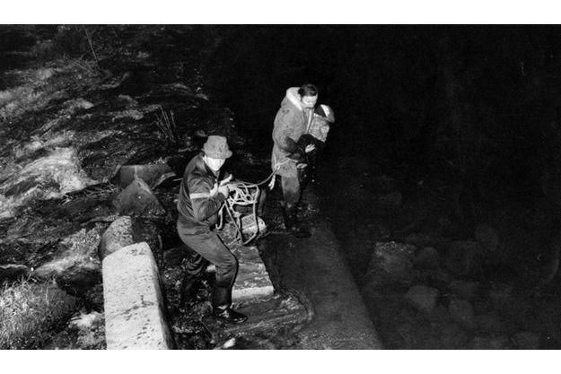 Vers 21 h 15, les pompiers arrachent aux eaux glacées de la Vologne le corps sans vie du petit Grégory Villemin, 4 ans. Son bonnet est enfoncé sur sa tête jusqu'à lui cacher le visage. Ses poignets et ses chevilles sont entravés par des cordelettes. C'est sur ces liens que les experts viennent aussi de découvrir des traces d'ADN.