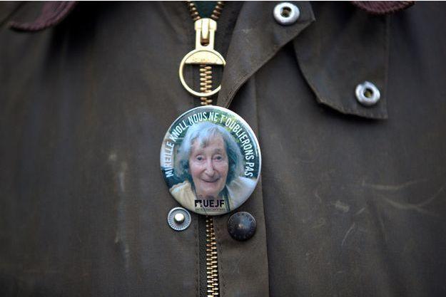 Un badge en hommage à Mireille Knoll, photographié lors de la marche blanche qui s'est déroulée mercredi 28 mars à Paris.