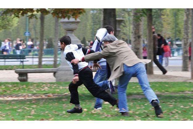 Au Champ-de-Mars, mercredi 14 septembre, en début d'après-midi. Un passant, d'autant plus courageux qu'il n'est plus tout jeune, tente d'empêcher un pickpocket de s'enfuir.
