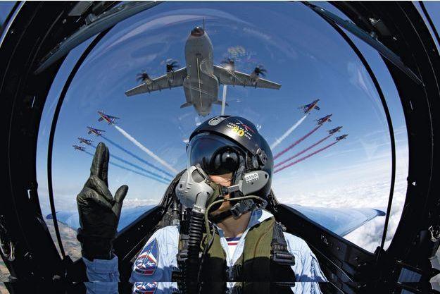 Comme un feu d'artifice! Les Alpha Jet de la Patrouille de France encadrent le gros-porteur A 400M. Au premier plan, le photographe Alexandre Paringaux qui a conçu ce dossier et composé pour Match cette patrouille exceptionnelle.
