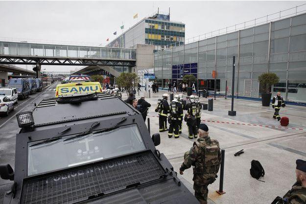 Forces de l'ordre devant Orly, le 18 mars 2017.
