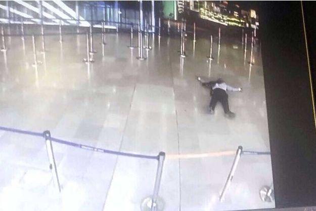 L'assaillant a été abattu par les forces de l'ordre.