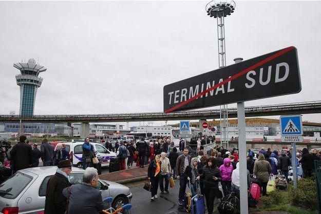 Le Terminal Sud d'Orly, quelques minutes après l'attaque de Ziyed Ben Belgacem.