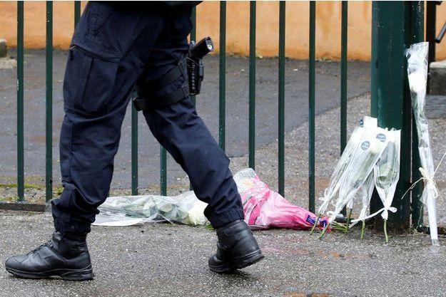 Des fleurs déposées en hommage devant la gendarmerie de Carcassonne.