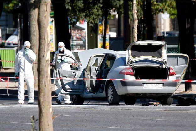 La voiture qui a percuté le fourgon de gendarmes sur les Champs-Elysées lundi.
