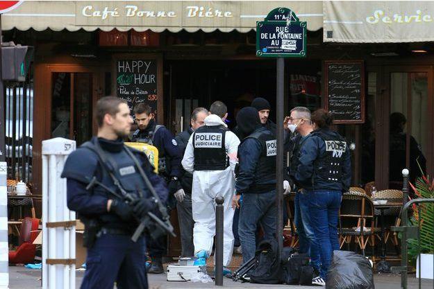 Les enquêteurs sur l'un des lieux des attaques.