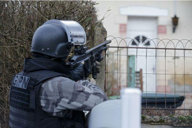 Les policiers fouillent les maisons à Corcy, dans l'Aisne.