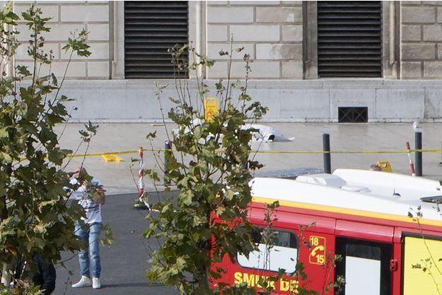 Sur les lieux de l'attentat qui a coûté la vie à deux jeunes femmes.