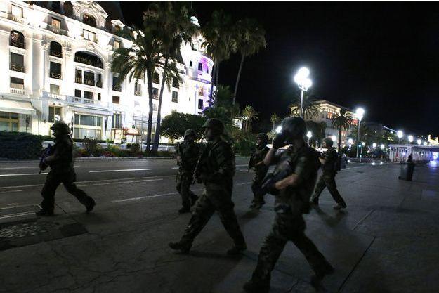 Des soldats dans les rues de Nice après l'attentat, jeudi 14 juillet.