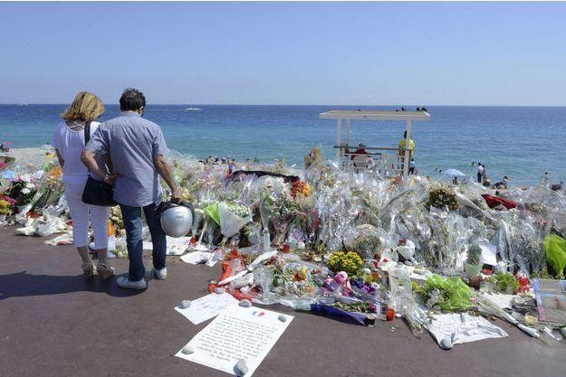 Des bouquets de fleurs pour les victimes de l'attentat de Nice non loin de la promenade des Anglais.