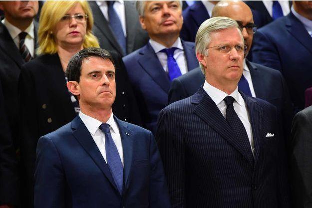 Manuel Valls au côté du roi Philippe pendant la minute de silence.