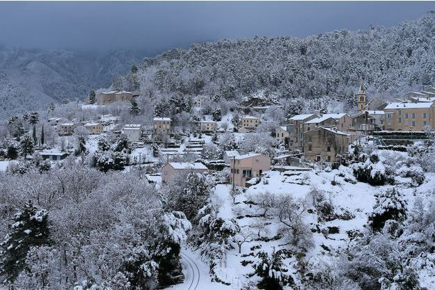 Le village de Vivario recouvert de neige, en Corse.