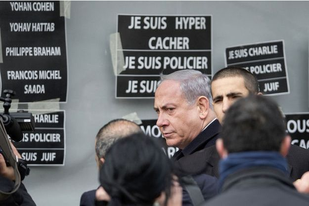 Benjamin Netanyahu devant la supermarché Hyper Cacher, lundi.