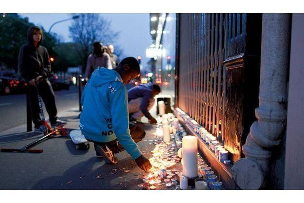 Dimanche 17 avril, les voisins ont allumé des bougies devant la bijouterie de Serge, tué quatre jours plus tôt par des voleurs.