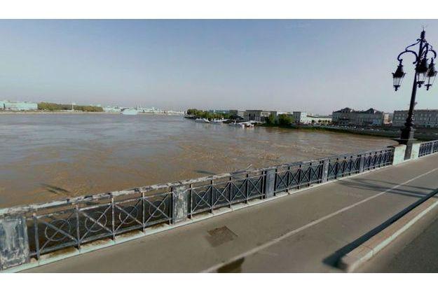 Sur le Pont de Pierre, à Bordeaux