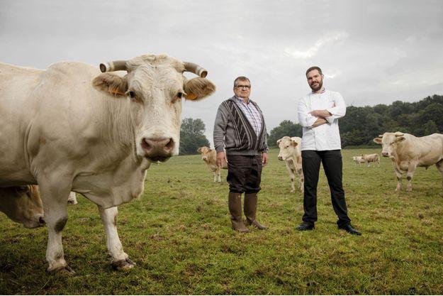 Romain Lebœuf choisit ses bêtes sur pied, avec Philippe Rosentritt, un de ses fournisseurs qui élève 200 bovins à Drocourt (78).