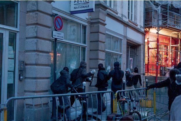 Rennes, le 13 mai, à 21 h 30. Attaque éclair du poste de police en centre-ville.