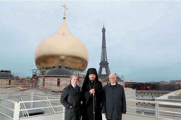 Mgr Nestor, évêque représentant le patriarcat de Moscou en France et d'autres pays d'Europe, entouré de Jean-Michel Wilmotte (à g.) et de l'ambassadeur russe Alexandre Orlov devant le bulbe de 9 tonnes acheminé de Vannes, hissé à 37 mètres de hauteur, samedi 19 mars.