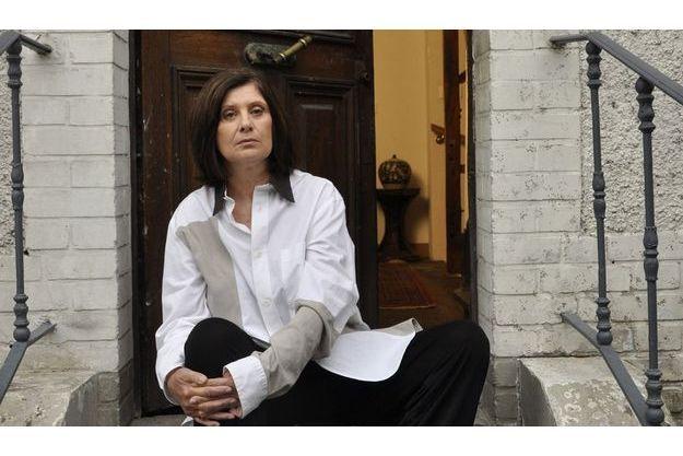 Photographiée  sur les marches  de sa maison  hypothéquée et  qui risque  de lui être saisie.