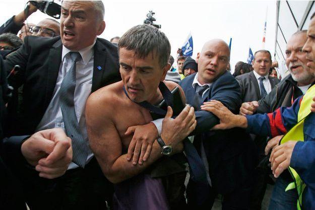 Le DRH d'Air France, torse nu, chemise arrachée.
