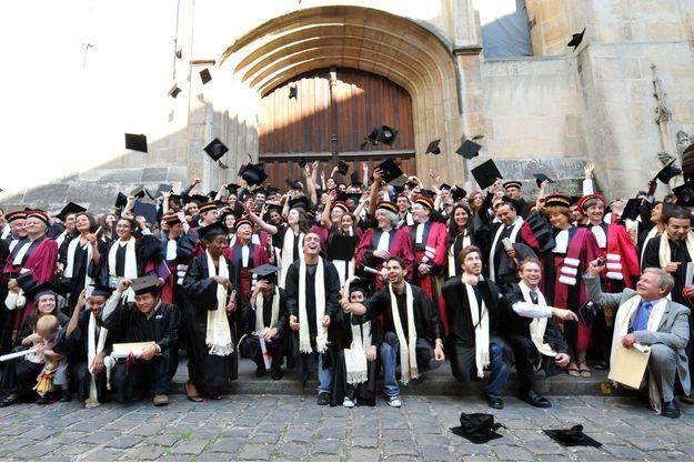 Des docteurs de l'université Pierre-et-Marie-Curie à Paris après la remise de leurs diplômes en 2009.