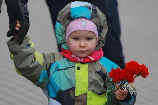 A Moscou, un enfant se rend à l'ambassade de France pour rendre hommage aux victimes des attentats qui ont frappé Paris vendredi soir.