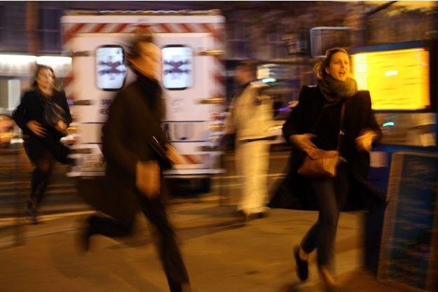 Lors des attentats du 13 novembre à Paris, des victimes prennent la fuite.