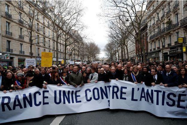 A Paris, le 28mars, la marche blanche a rassemblé des milliers de personnes jusqu'à l'immeuble de Mireille Knoll, avenue Philippe-Auguste.