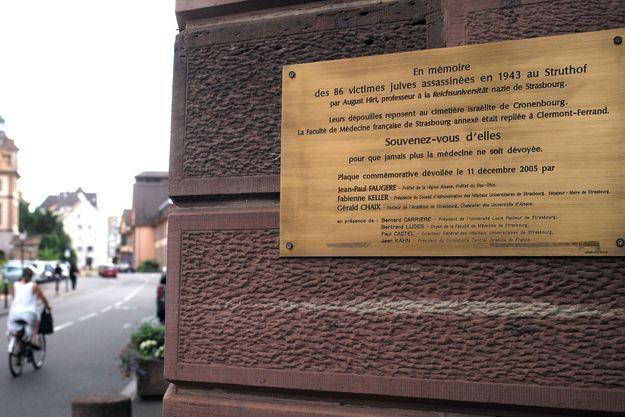 Une plaque en mémoire des 86 victimes juives, posée à l'université de Strasbourg.