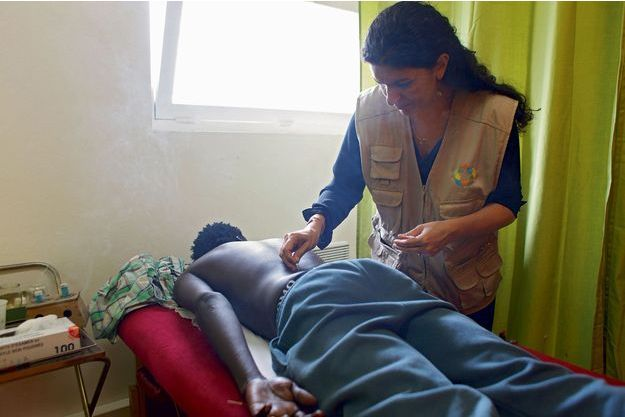 Cet été, dans le camp de migrants à Calais, l'acupunctrice en séance de soins.