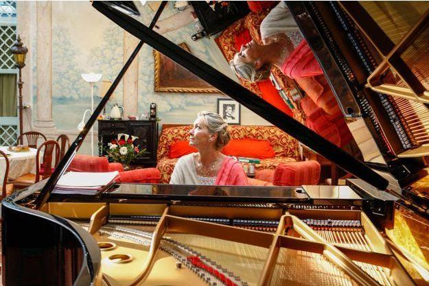 La pianiste Elizabeth Sombart. Grâce à sa fondation, elle rend accessible à la fois des écoles de piano ouvertes à tous et sa passion pour la musique avec le plus grand nombre des publics.