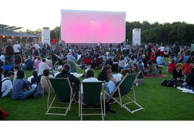 Une séance de cinéma en plein air au parc de la Villette
