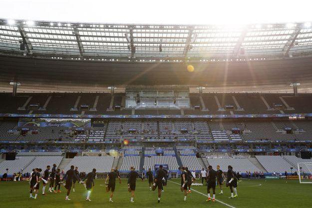 L'équipe de France de foot s'entraînant au Stade de France.