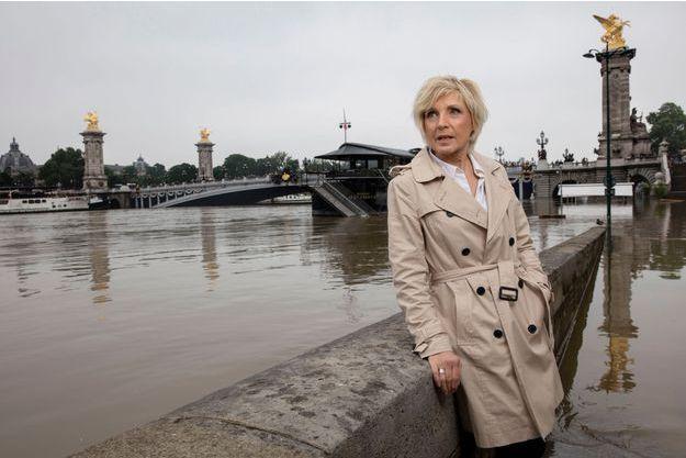 Evelyne Dheliat, de TF1, vient constater le niveau de la Seine aux abords du pont des Invalides et du pont alexandre III lors de la crue de Mai/juin 2016