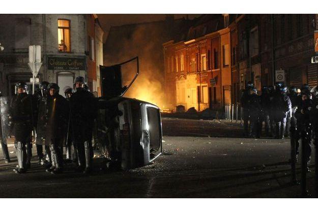 35 véhicules ont été incendiés à Roubaix selon La Voix du Nord.