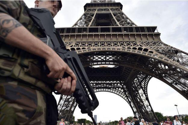 Un militaire patrouille aux pieds de la tour Eiffel, le 20 juillet.
