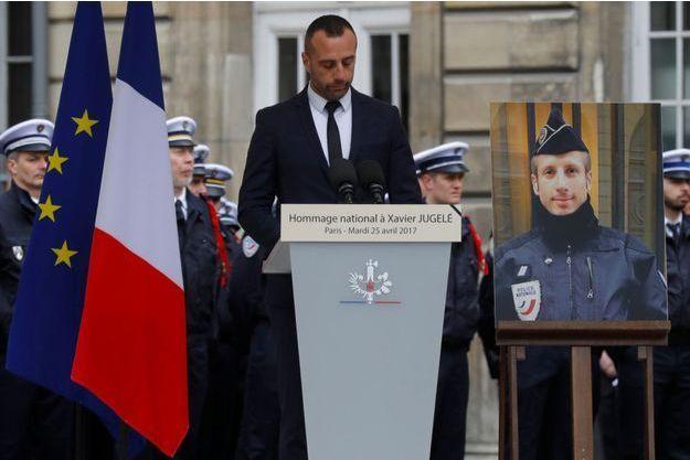 Etienne Cardiles durant l'hommage rendu à son compagnon Xavier Jugelé, le 25 avril 2017 à Paris.